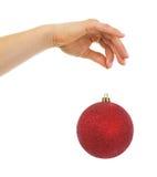 Nahaufnahme an Hand, die Weihnachtsball hält Lizenzfreie Stockbilder