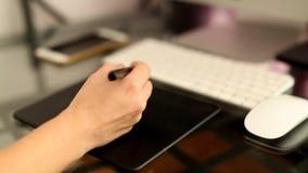 Nahaufnahme an Hand unter Verwendung der grafischen Tablette stock video footage