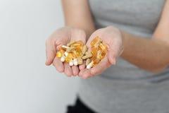 Nahaufnahme-Handvoll der Medikation, Medizin-Tablets, Kapseln lizenzfreies stockbild