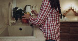 Nahaufnahme herauf Frau bereiten das Gemüse für Abendessen in der Küche vor, die sie an der Wanne wäscht 4K stock video footage