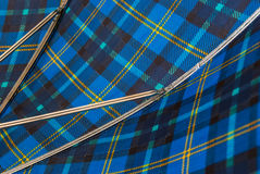 Nahaufnahme innerhalb der blauen und gelben Linie Regenschirm lizenzfreie stockfotos