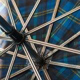 Nahaufnahme innerhalb des blauen und gelben Regenschirmes stockfoto