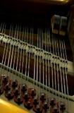 Nahaufnahme innerhalb eines Klaviers Stockbilder