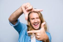 Nahaufnahme jungen, attraktiven, glücklichen, kreativen, netten Mann maki Stockfotos