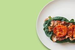 Nahaufnahme Köstlicher und nahrhafter Toast oder Sandwich mit Speck, Spinat und Tomaten Geschmackvolle Nahrung Nahe gelegener Pla Lizenzfreie Stockfotos