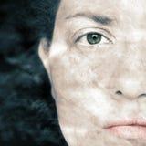 Nahaufnahme-künstlerisches Porträt der Frau und mit dem Rauche gelegt über ihrem Gesicht Lizenzfreies Stockbild