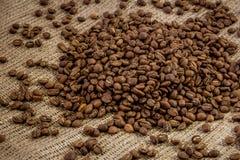 Nahaufnahme-Kaffeebohnen auf Sackleinen Stockfotos