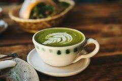 Nahaufnahme - keramische Schale mit grünem Tee nannte Matcha Lizenzfreies Stockfoto