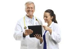 Nahaufnahme älteren Doktors lächelnd auf weißem Hintergrund Lizenzfreie Stockfotos