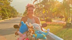 Nahaufnahme-Mädchen-Verschiebung auf Moped führt Linie mit Palmen stock footage