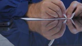 Nahaufnahme-Mann-Hände, die auf dem Tisch einen Vertrag im Büro unterzeichnen lizenzfreies stockbild
