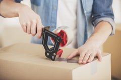 Nahaufnahme Mannverpackungskästen Bewegen, Kauf der neuen Wohnung lizenzfreie stockfotografie
