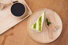 Nahaufnahme matcha Kuchen grünen Tees in der Kaffeestube Stockbilder