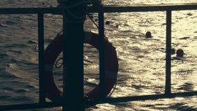 Nahaufnahme, Meereswellen bei Sonnenuntergang, in den Strahlen des weichen Sonnenlichts Greller Glanz auf dem Wasser Entw?rfe ein stock video footage