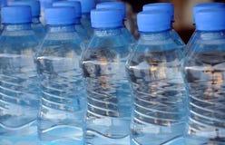 Nahaufnahme-Mineralwasser-Flaschen Stockbild