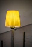 Nahaufnahme mit beleuchteter gelber Lampe Vertikale Ansicht mit gelbem ligh Stockfotos