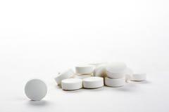 Nahaufnahme mit den weißen Pillen, getrennt Stockfotos