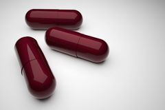 Nahaufnahme mit drei rote medizinische Pillen stockbild