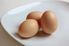 Nahaufnahme mit 3 Eiern auf weißer Platte Lizenzfreie Stockfotos