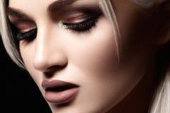 Nahaufnahme mit schöner blonder Frau Modemake-up, saubere glänzende Haut Make-up und Kosmetik Schönheitsart auf vorbildlichem Ges Stockbild