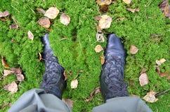 Nahaufnahme mit zwei Beinen gekleidet in den Militärschuhen stockfoto