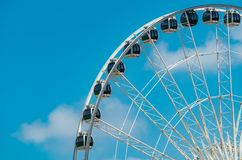 Nahaufnahme-modernes Riesenrad gegen blauen Himmel und weiße Wolken Riesenrad am Funfair für Unterhaltung und Erholung am Feier lizenzfreies stockfoto