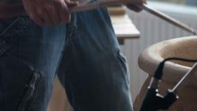 Nahaufnahme, Musiker-Schlagzeuger Plays auf einem keramischen Topf mit hölzernen Stöcken im Studio stock video