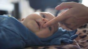 Nahaufnahme Mutter ber?hrt das Kinn und die Nase des kleinen Sohns stock video footage