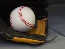 Nahaufnahme-neuer Baseball in einem Handschuh lizenzfreie stockfotografie