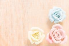 Nahaufnahme Pastell-Rose auf hölzernem Hintergrund Stockfoto