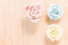 Nahaufnahme Pastell-Rose auf hölzernem Hintergrund Stockbilder