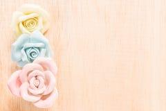 Nahaufnahme Pastell-Rose auf hölzernem Hintergrund Lizenzfreies Stockfoto