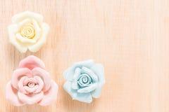Nahaufnahme Pastell-Rose auf hölzernem Hintergrund Lizenzfreie Stockfotos