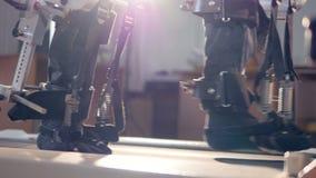 Nahaufnahme Person im innovativen kybernetischen Exoskeleton 4K stock footage