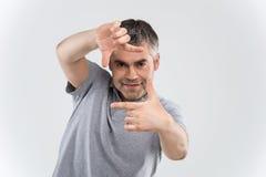 Nahaufnahme photographie-Weißhintergrundes des überzeugten glücklichen Mannes des Gestaltungs Lizenzfreies Stockfoto