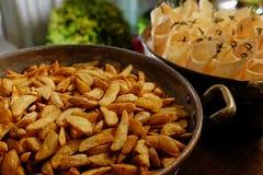 Nahaufnahme-Pommes-Frites und Papierschalen lizenzfreies stockbild