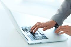 Nahaufnahme-Porträt der Hand der Frau schreibend auf Computer-Tastatur stockbild