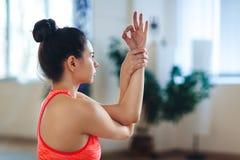 Nahaufnahme, Porträt der jungen Frau isoliert meditierend in der Haltung von Lotos Stockfotografie