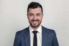 Nahaufnahme-Porträt eines hübschen Geschäftsmannes, der an der Kamera lächelt Angekleidet in einer Klage Auf einem wei?en Hinterg lizenzfreie stockfotografie