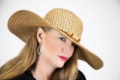 Nahaufnahme-Porträt-reife blonde Frau im Hut und im Mantel Lizenzfreie Stockfotos