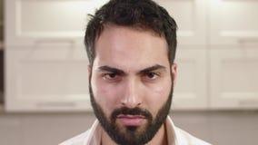 Nahaufnahme-Porträt von junger Mann-Gefühlen stock footage