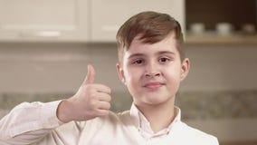 Nahaufnahme-Porträt von Little Boy-Gefühlen stock video footage