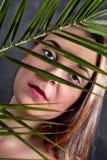 Nahaufnahme-Portr?t einer ernsten jungen Frau lizenzfreies stockbild