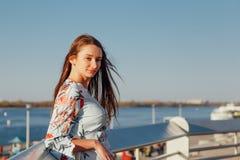 Nahaufnahme-Portr?t einer jungen Frau mit dem langen blonden Haar, gekleidet in einem blauen eleganten Kleid stockbild
