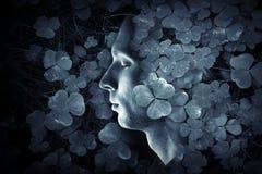 Nahaufnahme profMale Profil und dunkelblaues wildes Oxalis bedecken Wald-backgroundile Porträt des jungen kaukasischen Mannes mit Stockbilder