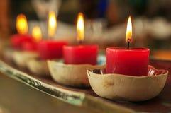 Nahaufnahme-Reihe der roten Kerzen lizenzfreie stockfotos