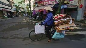 Nahaufnahme-Reiter auf Fahrrad trägt Pappstapel entlang Stadt-Straße stock footage