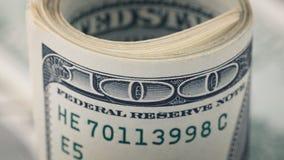 Nahaufnahme rollte Dollar hundert auf Geld-Dollarschein des Hintergrundes amerikanischem Viele Banknote US 100 Stockbild