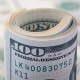 Nahaufnahme rollte Dollar hundert auf Geld-Dollarschein des Hintergrundes amerikanischem Viele Banknote US 100 Stockbilder