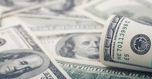 Nahaufnahme rollte Dollar hundert auf Geld-Dollarschein des Hintergrundes amerikanischem Viele Banknote US 100 Stockfotografie